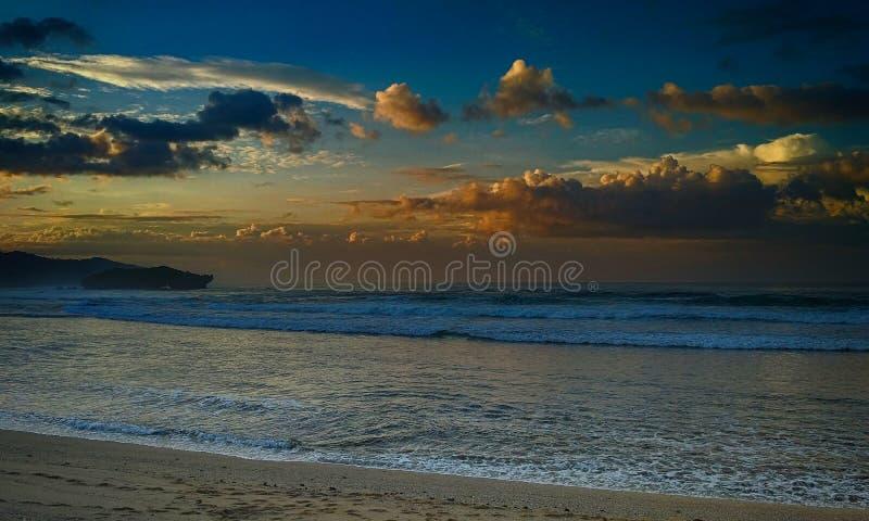 Заход солнца в пляже стоковое фото