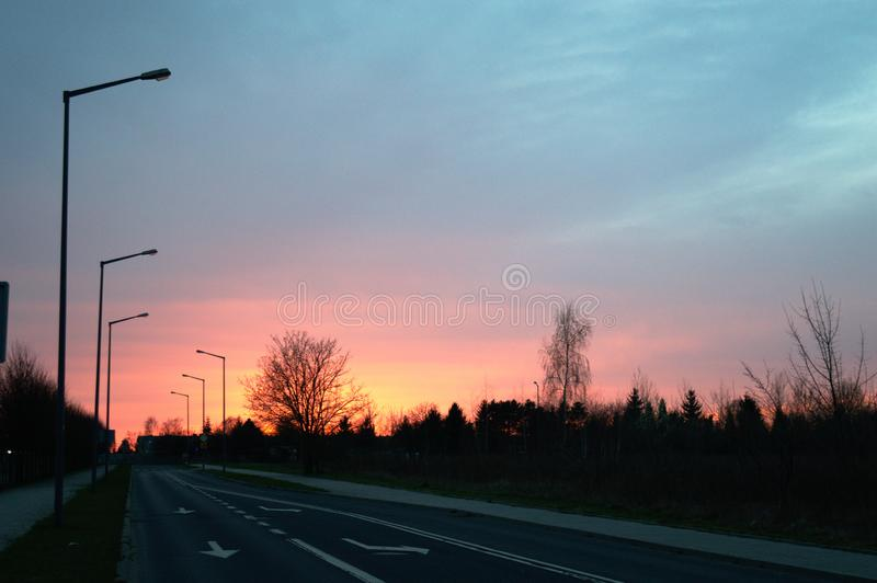 Заход солнца в пригородах стоковые изображения