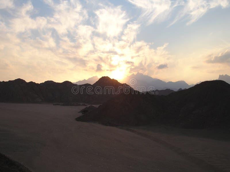 Заход солнца в пустыне стоковые изображения rf