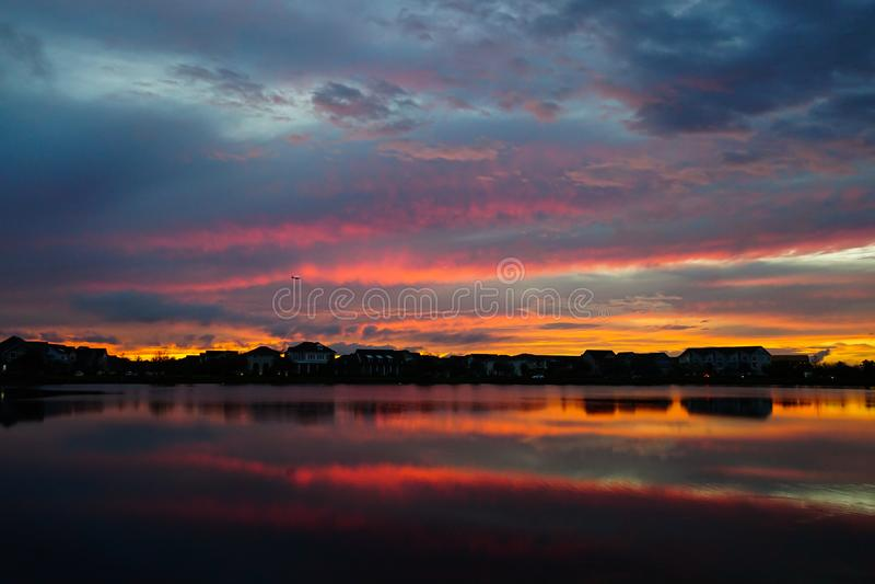 Заход солнца в районе который отражает на озере стоковое фото rf