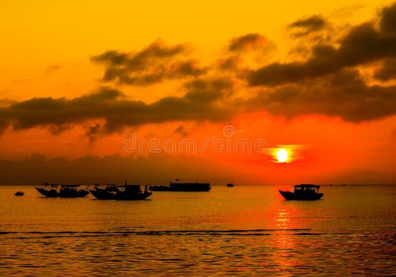 Заход солнца в рыбацком поселке стоковое фото rf