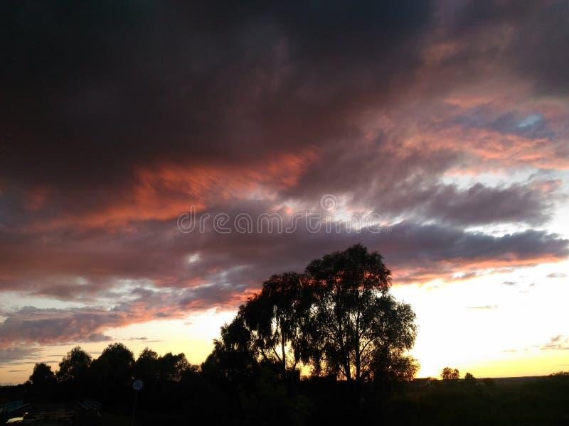 Заход солнца в селе стоковое изображение