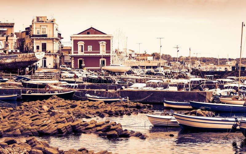 Заход солнца в Сицилии, гавани Acitrezza со шлюпками fisher рядом с островами циклопов, Катанией стоковая фотография
