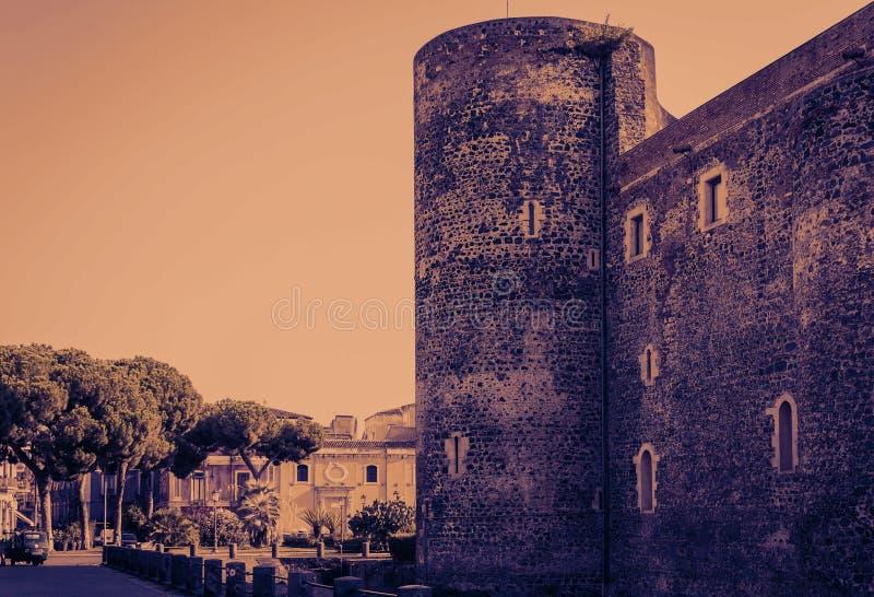Заход солнца в Сицилии, известном ориентире Castello Ursino, старом замке в Катании стоковая фотография