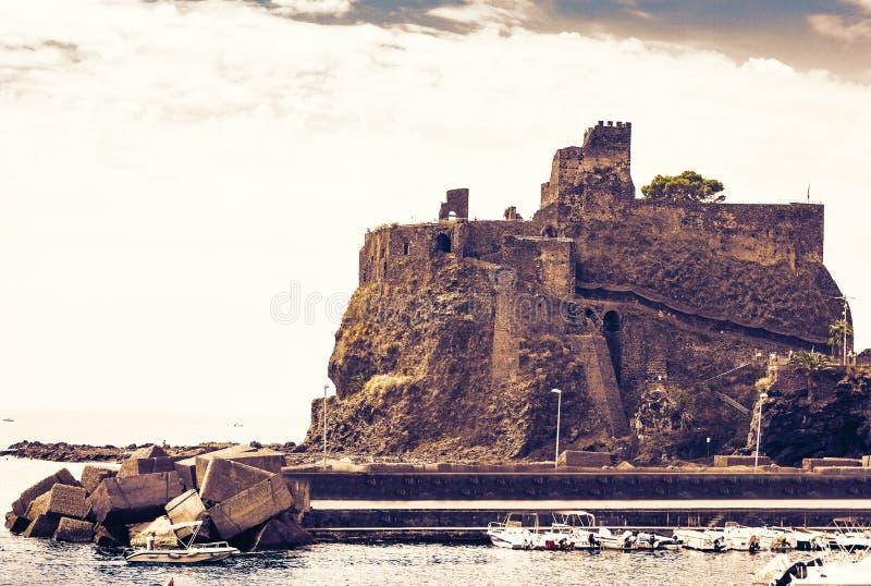 Заход солнца в Сицилии, Castello Ursino, старом замке в Катании стоковые изображения