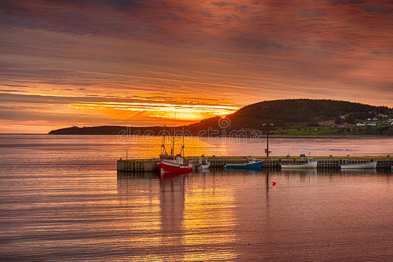 Заход солнца в скалистой гавани, Ньюфаундленде стоковые изображения rf