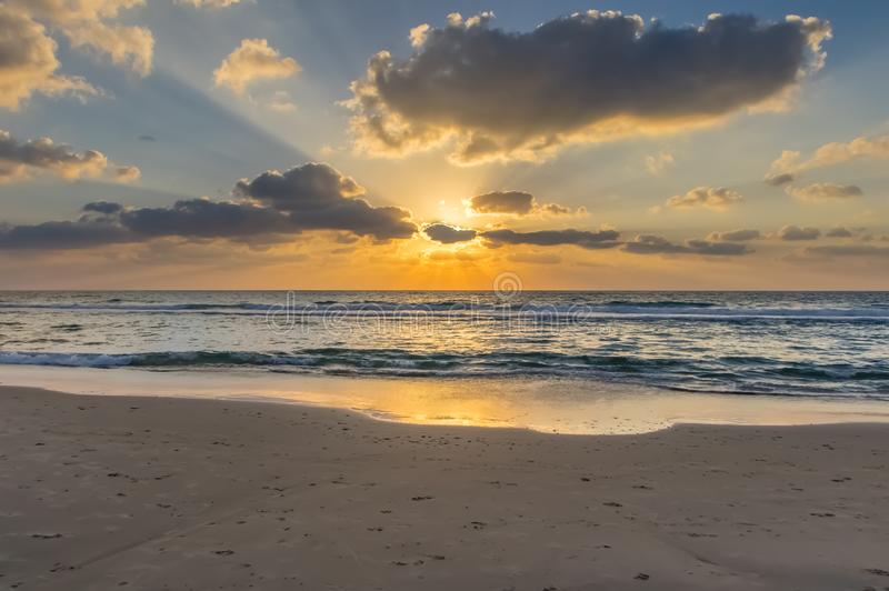 Заход солнца в солнце облаков стоковое изображение
