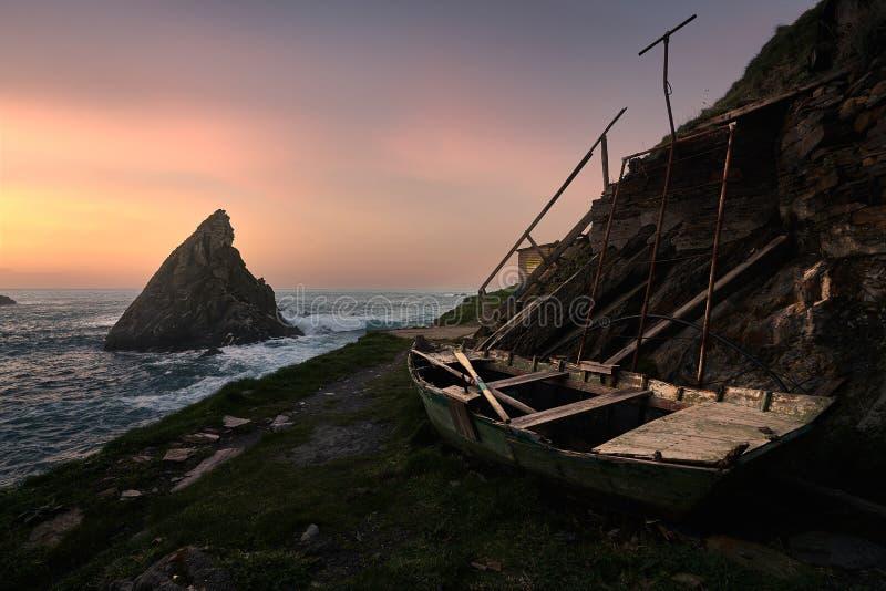 Заход солнца в старой шлюпке стоковое фото rf