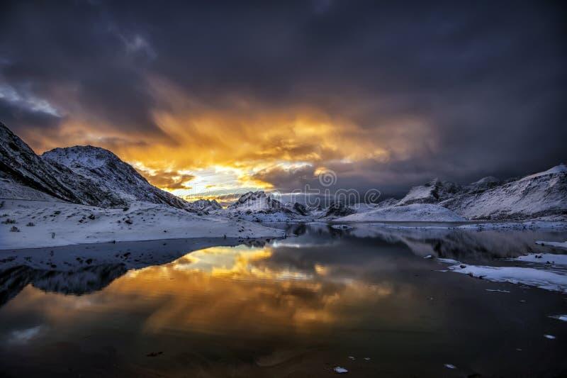 Заход солнца в стране чудес зимы стоковое фото rf