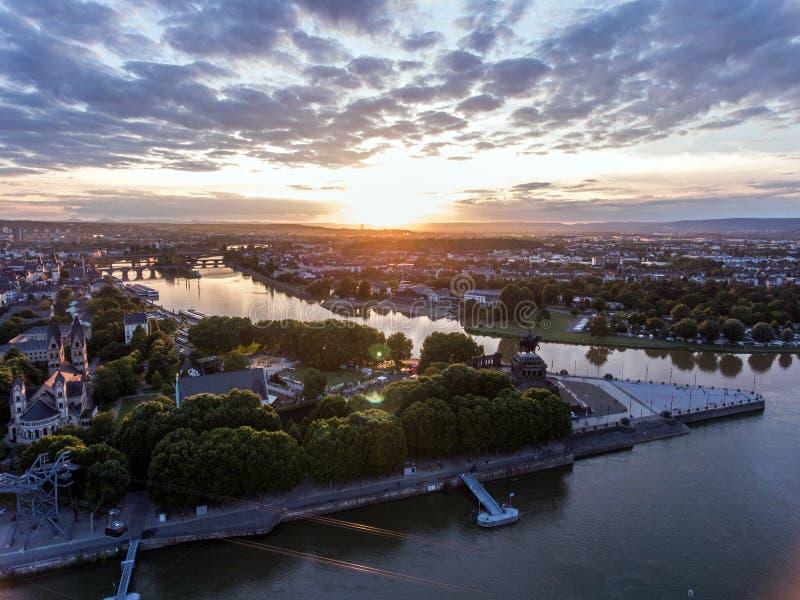 Заход солнца в угле исторического памятника Германии города Кобленца немецком куда реки Рейн и mosele пропускают совместно стоковое фото rf