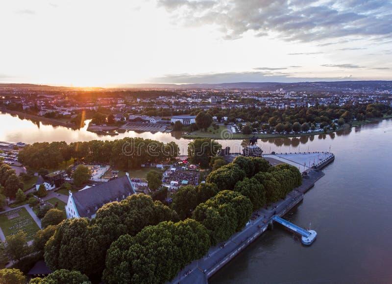 Заход солнца в угле исторического памятника Германии города Кобленца немецком куда реки Рейн и mosele пропускают совместно стоковое изображение rf