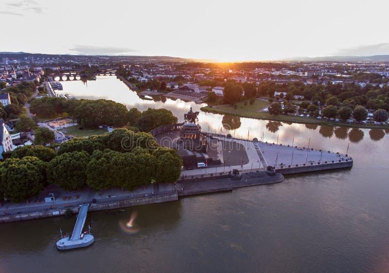 Заход солнца в угле исторического памятника Германии города Кобленца немецком куда реки Рейн и mosele пропускают совместно стоковое фото