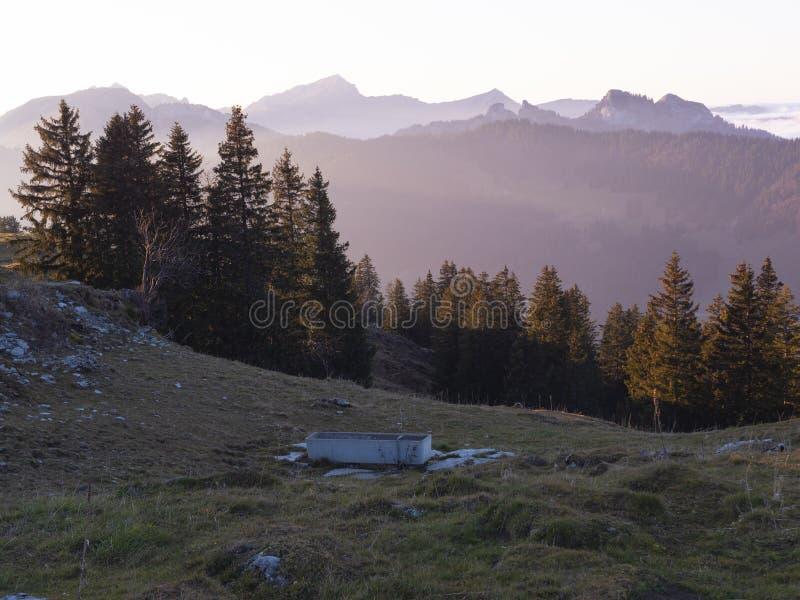 Заход солнца в швейцарских горных вершинах стоковые фото