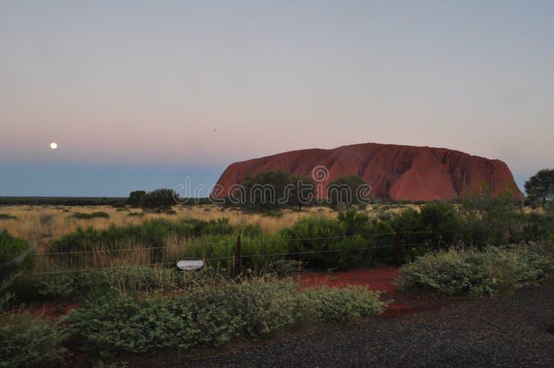 Заход солнца в ayers Uluru трясет, красный центр Австралия стоковая фотография