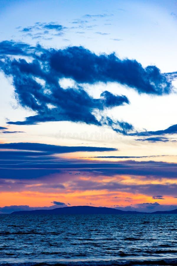 Заход солнца в Follonica в последней зиме с cloudscape и тенями  стоковые фото