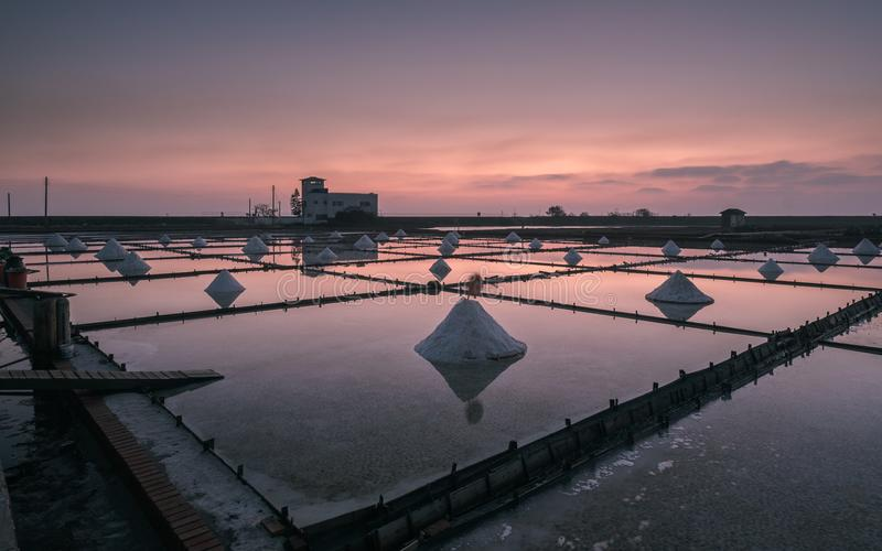Заход солнца в Jing-Zai-Jiao Плитк-вымостил поля соли стоковые изображения rf