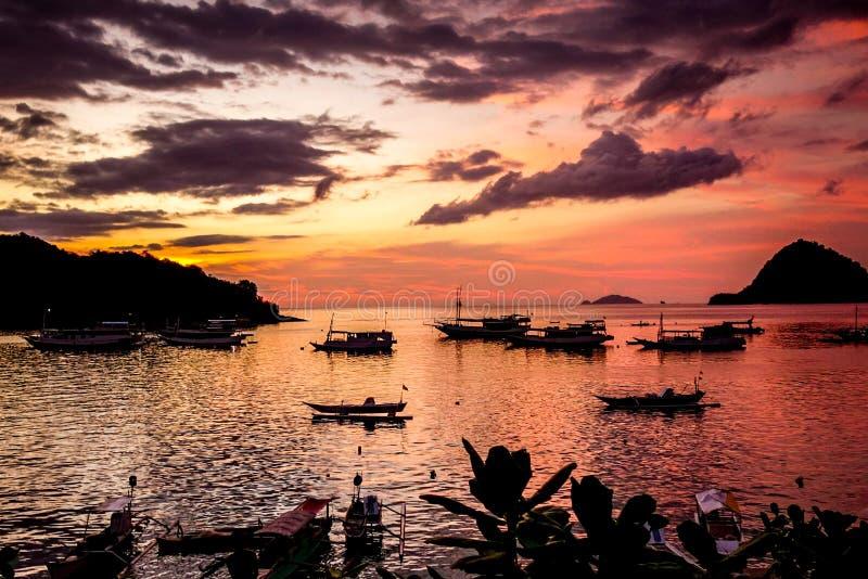 Заход солнца в Labuan Bajo, Flores, Индонезии стоковая фотография rf