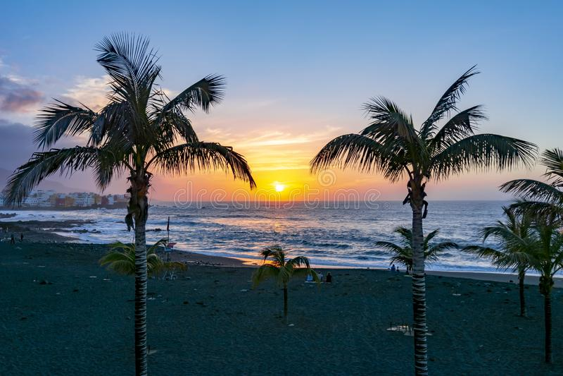 Заход солнца в Puerto de Ла Cruz, Канарских островах, Тенерифе, Испании стоковое фото