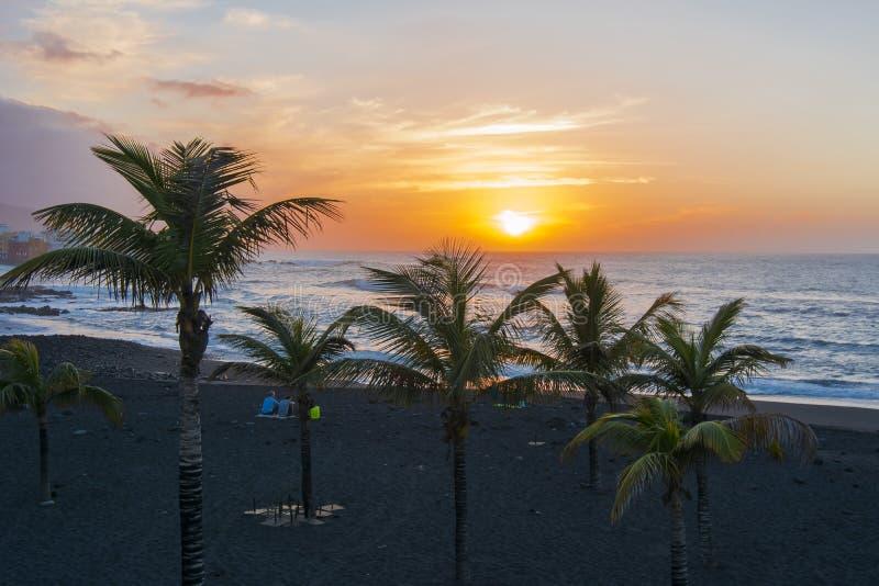 Заход солнца в Puerto de Ла Cruz, Тенерифе, Канарских островах, Испании стоковое изображение rf