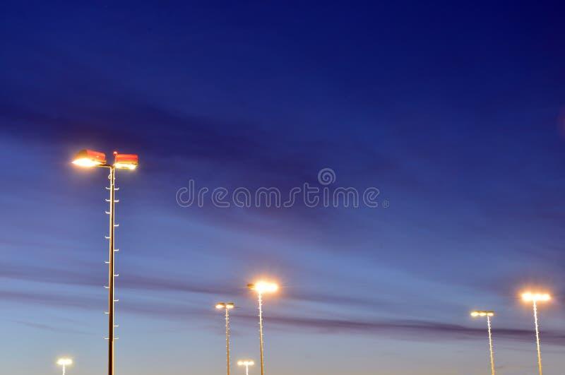 Заход солнца голубого неба с светом столба уличного фонаря стоковые изображения