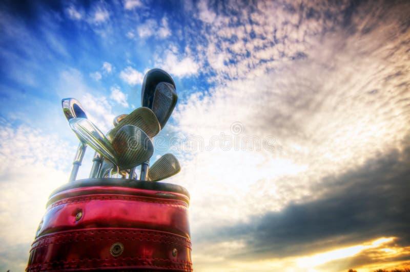 заход солнца гольфа шестерни клубов стоковое изображение rf