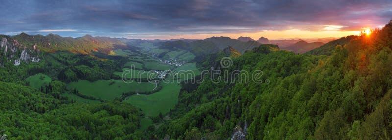 заход солнца горы зеленого цвета пущи стоковая фотография rf