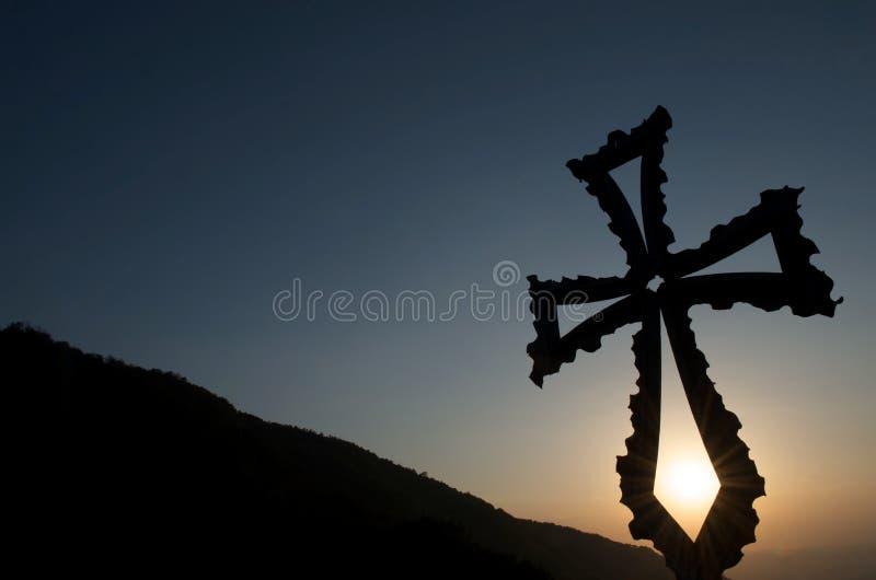 заход солнца горы фона христианский перекрестный стоковые фото