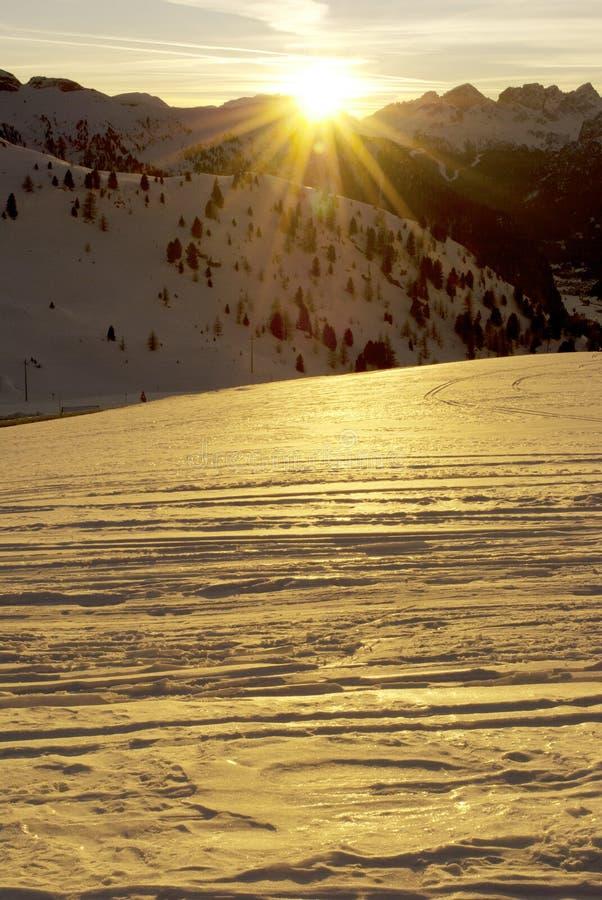 Download заход солнца горы стоковое изображение. изображение насчитывающей доломит - 18379717