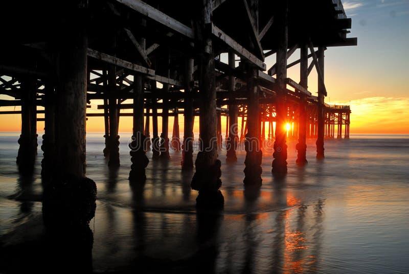 Заход солнца долгой выдержки снял на Тихой океан пристани пляжа в Сан-Диего стоковое фото