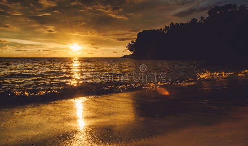 Заход солнца драматически на острове стоковая фотография