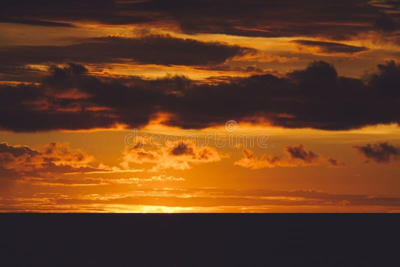 Заход солнца драматически на острове стоковое изображение rf