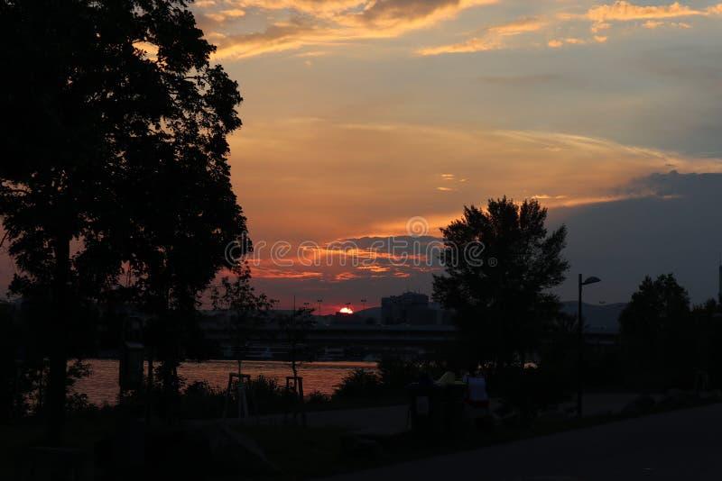 Заход солнца Дунаем стоковые фотографии rf