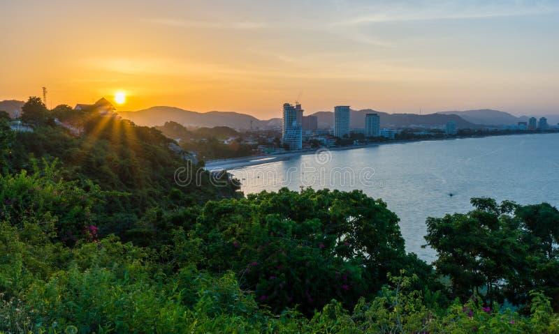Заход солнца за горой на Hua Hin стоковые изображения