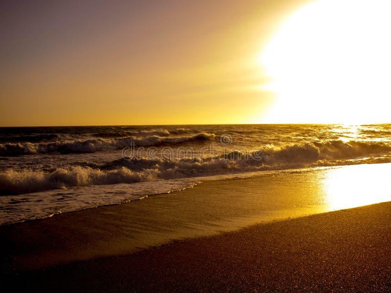 Заход солнца золота в пляже стоковые фотографии rf
