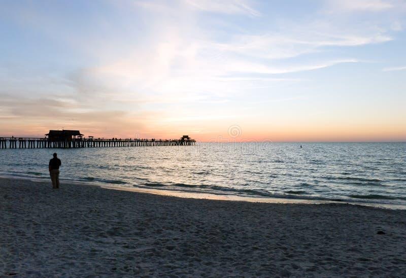 заход солнца зюйдвеста florida пляжа стоковая фотография rf