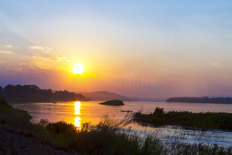 Заход солнца идилличный с золотыми светом и тенью стоковое изображение rf