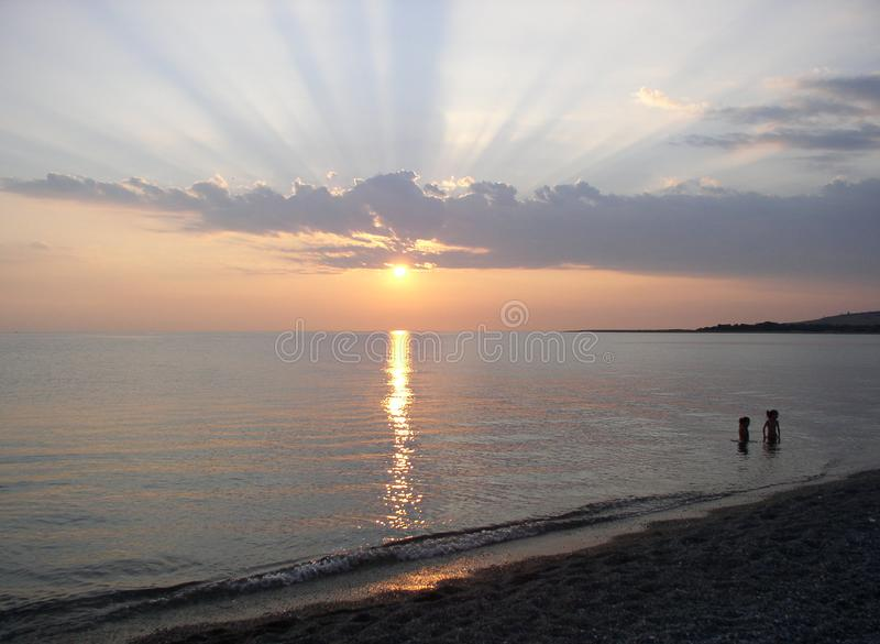 Заход солнца излучает сцену пляжа на Средиземном море стоковые изображения