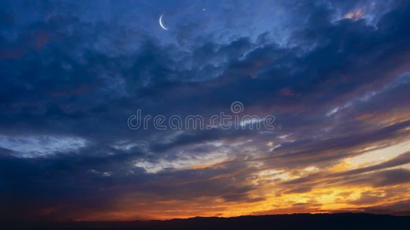 Заход солнца или восход солнца с облаками стоковое фото
