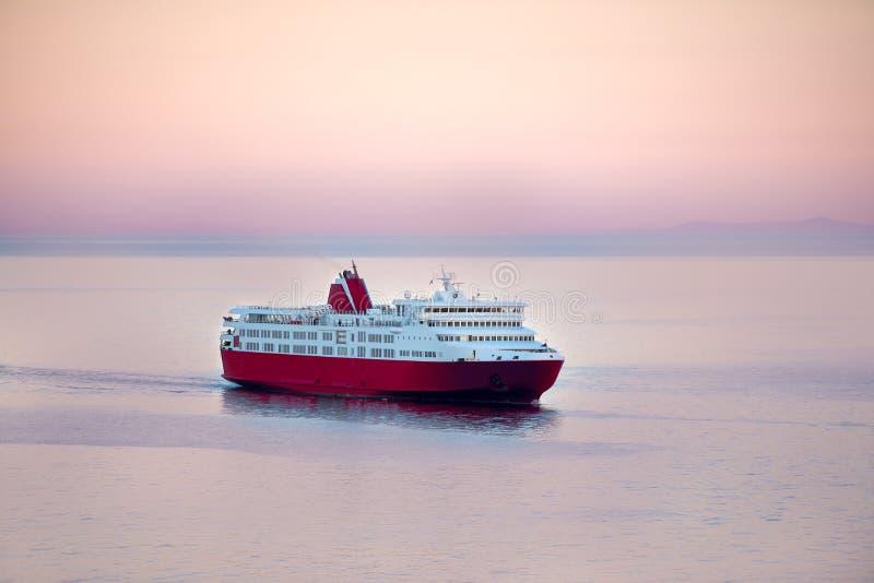 Заход солнца и голубой белый паром в греческих островах стоковое изображение