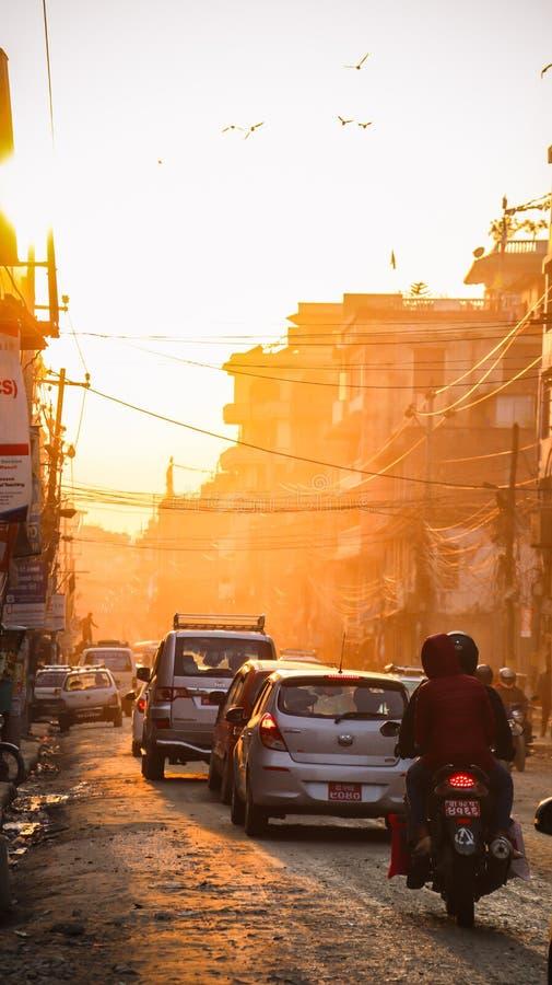 Заход солнца и движение в Катманду стоковое фото