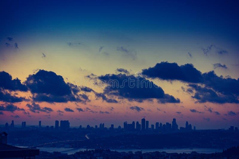 Заход солнца и небо восхода солнца золотое над горизонтом Стамбула стоковое фото