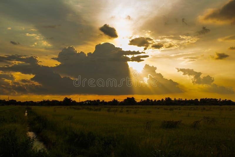 Заход солнца и облако в небе стоковые фото