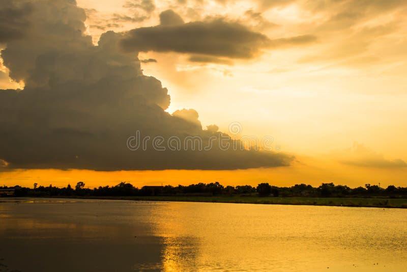 Заход солнца и облако в небе стоковая фотография rf