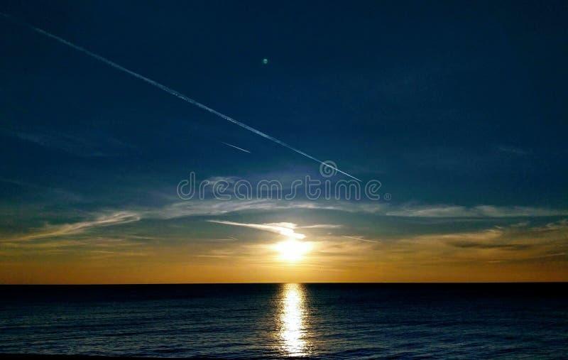 Заход солнца и отражение моря стоковые изображения