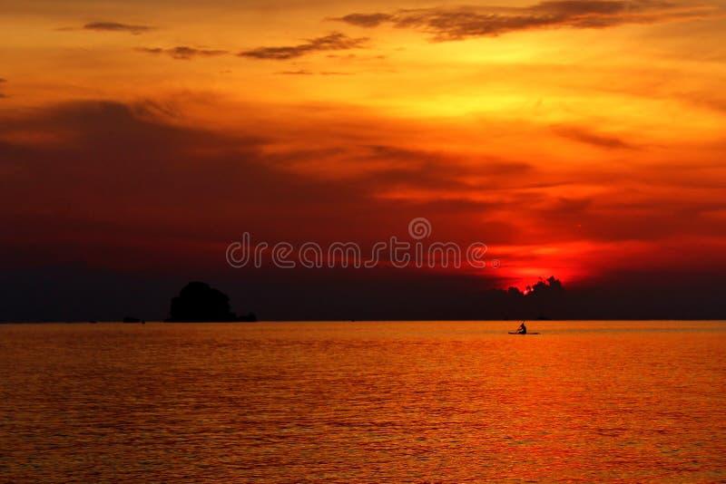 Заход солнца и сольный каяк стоковые изображения rf