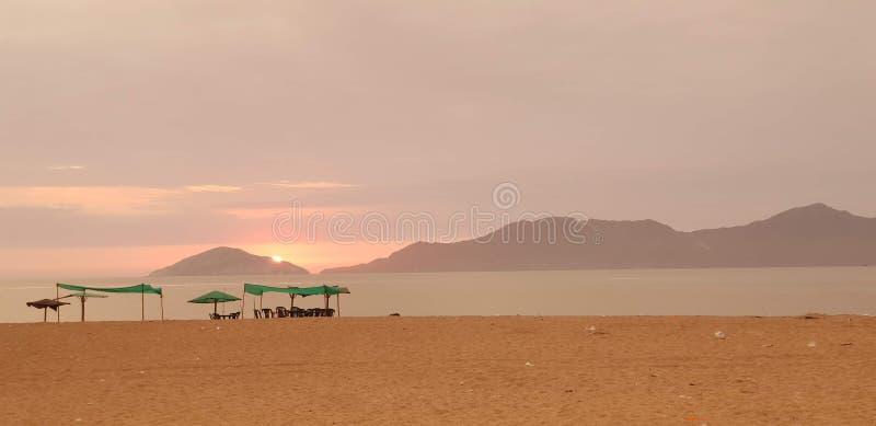 Заход солнца и шатер в пляже 2 Besique стоковая фотография rf