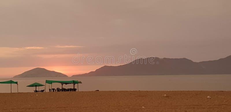 Заход солнца и шатер в пляже 3 Besique стоковые фотографии rf