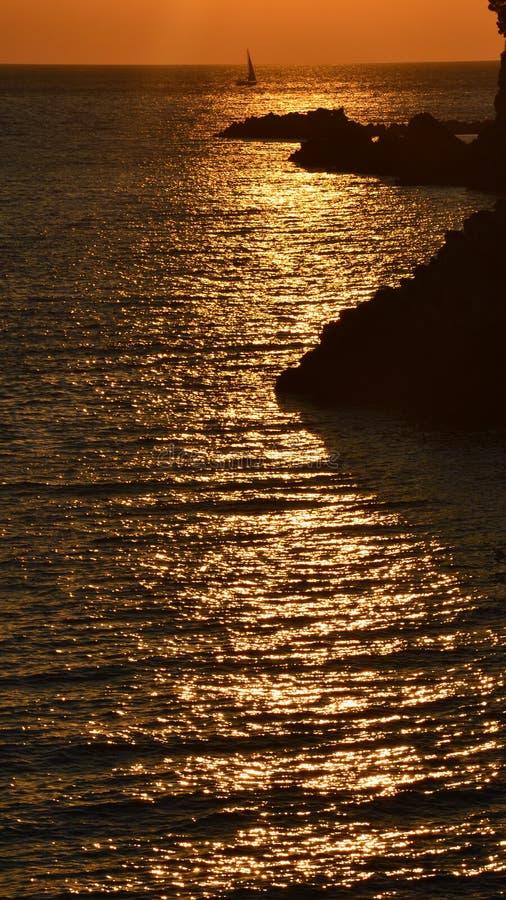 Заход солнца и яхта стоковая фотография