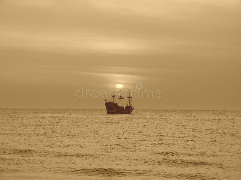 заход солнца корабля пирата стоковые фотографии rf