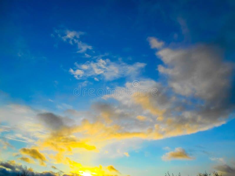 Заход солнца Красивейшее небо Красивые голубое небо, солнце и облака стоковое фото